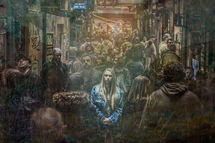 Donna sola tra la folla